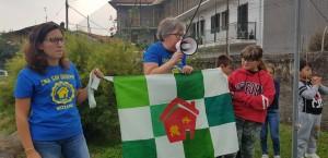La nuova bandiera, ideata da Elisa e Manuel